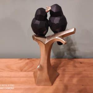 זוג ציפורים שחורות יושבות על ענף זהב 25